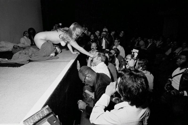 【ストリップ】1970年代のシカゴのストリップ劇場の様子、今のコミケ会場前とあまり変わらないな・・・・・(画像)・13枚目