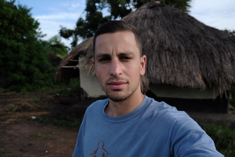 【ジャーナリスト魂】反政府ゲリラに密着取材中のジャーナリスト、政府軍によって間違えて射殺され身ぐるみ剥がされる・・・・・(画像)・1枚目