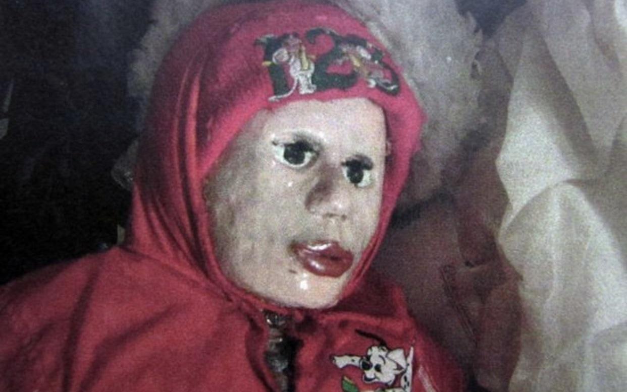 【マジキチ】墓地から少女の遺体を掘り起こしてせっせとミイラにしてたロシアのミイラ愛好家、怖過ぎだろ・・・・・(画像)・1枚目