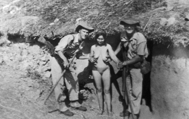 【大量レイプ】第二次世界大戦中に凌辱される女性達の画像、兵士の笑顔が怖過ぎ・・・・・(画像)・2枚目