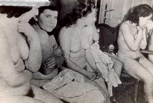 【大量レイプ】第二次世界大戦中に凌辱される女性達の画像、兵士の笑顔が怖過ぎ・・・・・(画像)・10枚目