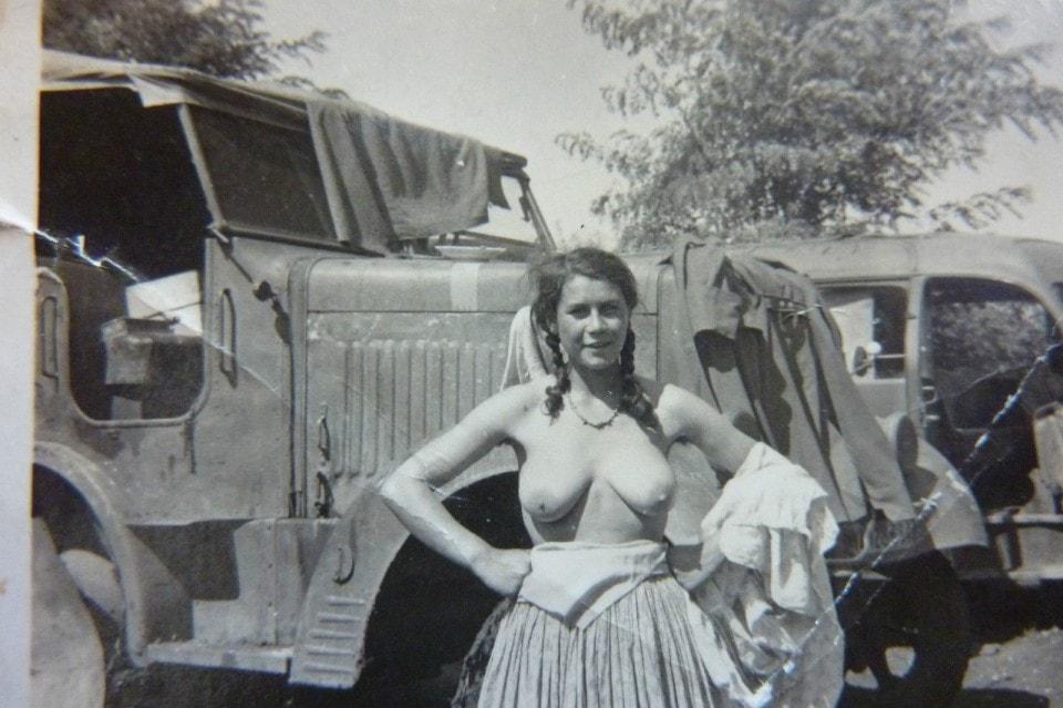【大量レイプ】第二次世界大戦中に凌辱される女性達の画像、兵士の笑顔が怖過ぎ・・・・・(画像)・13枚目
