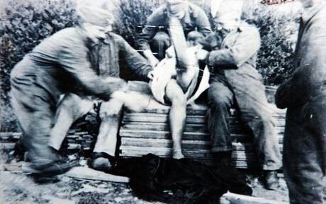 【大量レイプ】第二次世界大戦中に凌辱される女性達の画像、兵士の笑顔が怖過ぎ・・・・・(画像)・14枚目