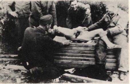 【大量レイプ】第二次世界大戦中に凌辱される女性達の画像、兵士の笑顔が怖過ぎ・・・・・(画像)・15枚目