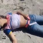 【殺人映像】ブラジル、女2人掛かりで一人の女の子を海に沈めてザクザク刺して殺してしまう衝撃動画!!(動画)