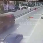 【中国死亡事故】荷物満載のトレーラーが来てても平気で道を渡る中国人、自殺志願者か!?