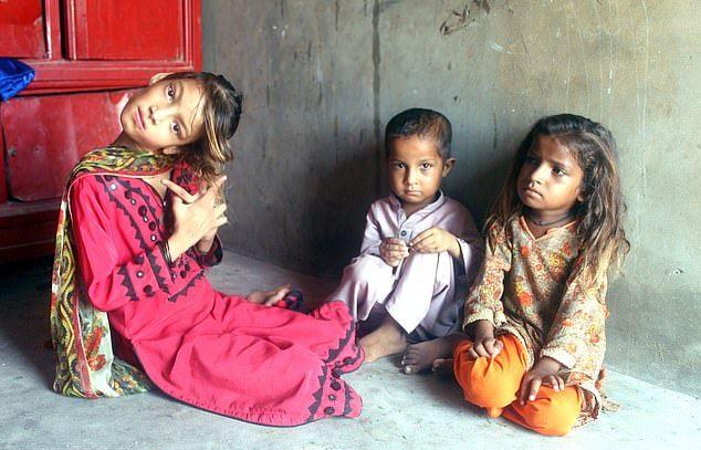 【衝撃】赤ん坊の頃転倒して首が90度曲がったまま成長したパキスタンの美少女、怖過ぎる・・・・・(画像、動画)・1枚目