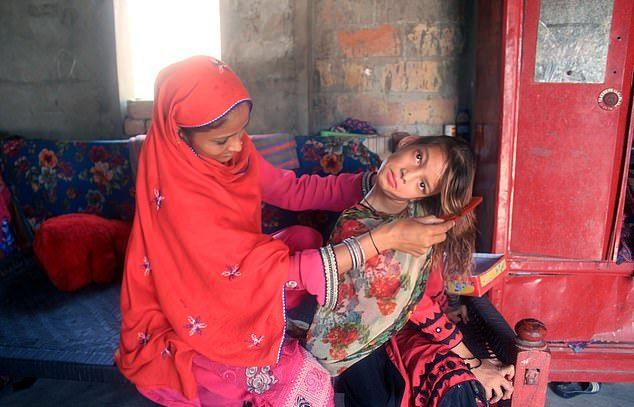 【衝撃】赤ん坊の頃転倒して首が90度曲がったまま成長したパキスタンの美少女、怖過ぎる・・・・・(画像、動画)・6枚目