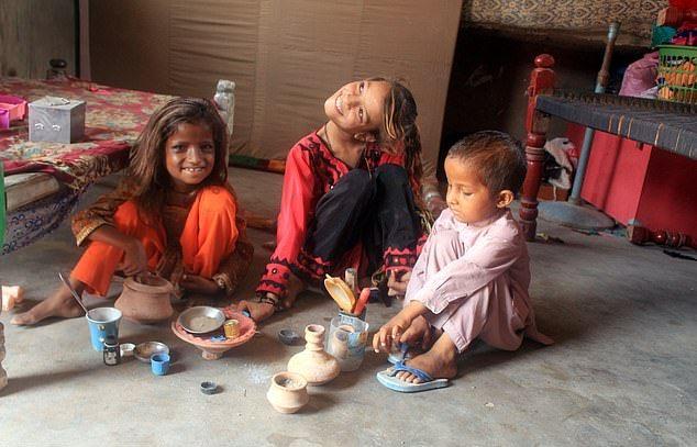 【衝撃】赤ん坊の頃転倒して首が90度曲がったまま成長したパキスタンの美少女、怖過ぎる・・・・・(画像、動画)・9枚目