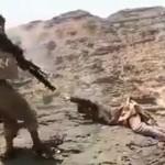 【処刑】ISISによる砂漠での処刑動画、泣いて許しを請う相手をライフルでハチの巣に・・・・・(動画)