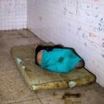 【ほぼホラー】ベネズエラの首都カラカスにある築100年以上経過した精神病院、これ廃病院に棲みついたホームレスじゃないのか・・・・・(画像)