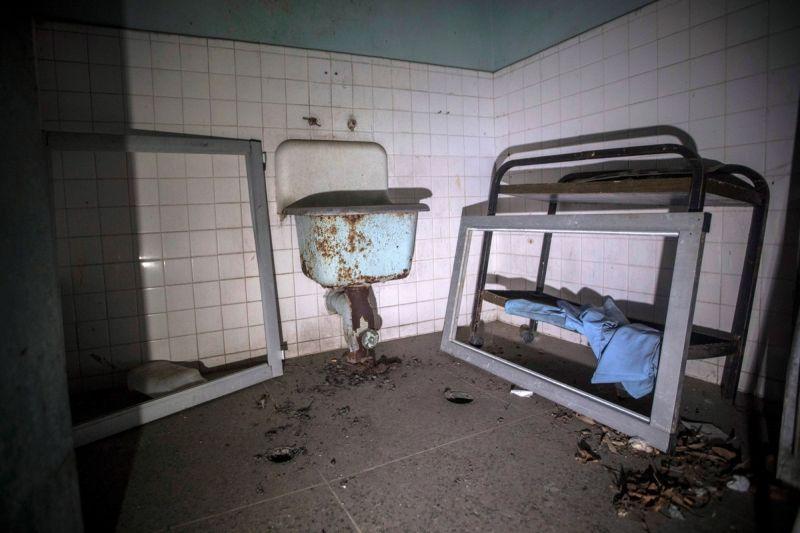 【ほぼホラー】ベネズエラの首都カラカスにある築100年以上経過した精神病院、これ廃病院に棲みついたホームレスじゃないのか・・・・・(画像)・1枚目