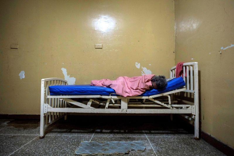 【ほぼホラー】ベネズエラの首都カラカスにある築100年以上経過した精神病院、これ廃病院に棲みついたホームレスじゃないのか・・・・・(画像)・7枚目