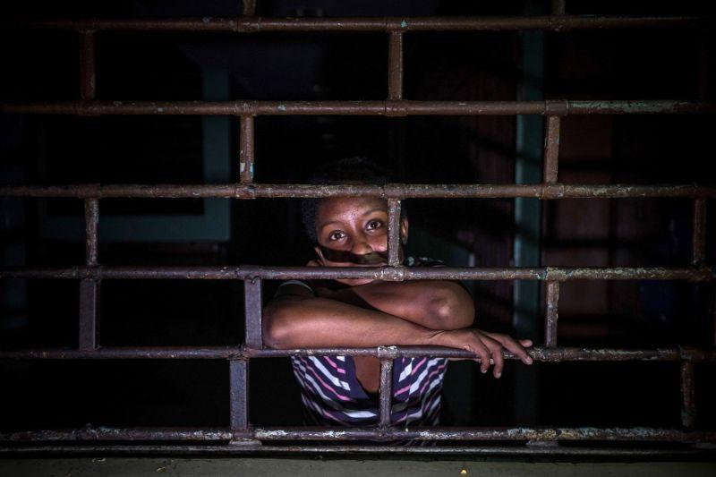 【ほぼホラー】ベネズエラの首都カラカスにある築100年以上経過した精神病院、これ廃病院に棲みついたホームレスじゃないのか・・・・・(画像)・8枚目