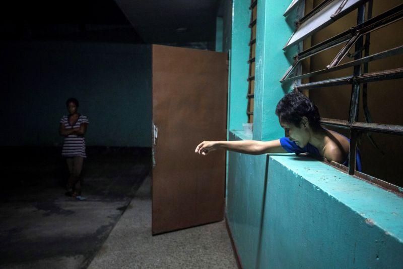 【ほぼホラー】ベネズエラの首都カラカスにある築100年以上経過した精神病院、これ廃病院に棲みついたホームレスじゃないのか・・・・・(画像)・9枚目