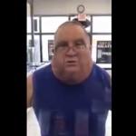 【不思議おじさん】アメリカの小さなお店の中で怒り狂う顔デカニキ、着ぐるみみたい・・・・・(動画)