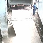【生死不明】糞狭いスペースにトラックを誘導してた男性、ムギュッと挟まれる・・・・・(動画)