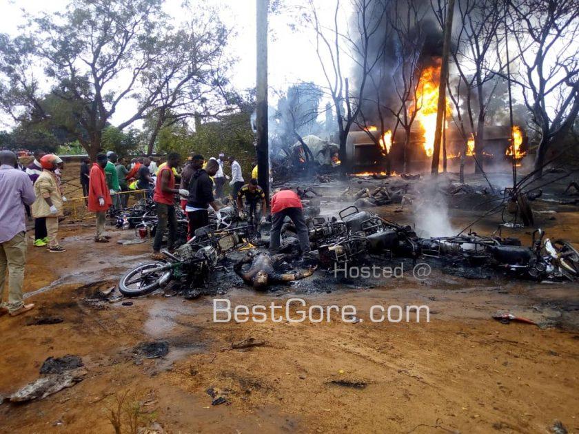 【定番事故】タンザニアで事故を起こしたタンクローリーからガソリン盗もうとした現地民、一網打尽にされる・・・・・(画像)・1枚目