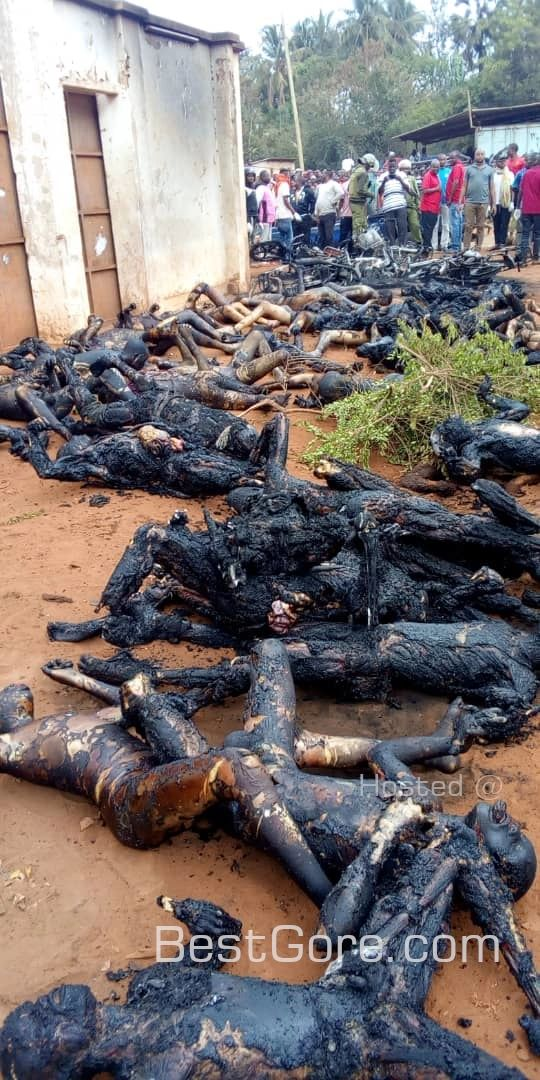 【定番事故】タンザニアで事故を起こしたタンクローリーからガソリン盗もうとした現地民、一網打尽にされる・・・・・(画像)・3枚目