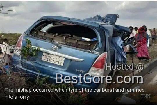 【悲惨】インドの高速で発生したコンテナトラックとSUVの衝突事故、運転手は即死な模様・・・・・(画像)・1枚目
