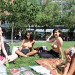 【素晴らC】公園で男性と同じトップレスで過ごす権利の為におっぱい丸出しで抗議活動するニューヨーカーまんさん、眼福眼福・・・・・(画像)