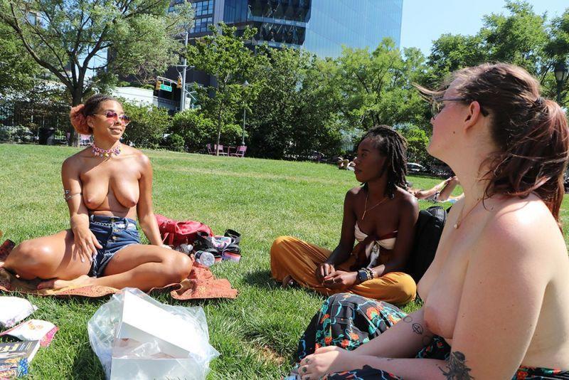 【素晴らC】公園で男性と同じトップレスで過ごす権利の為におっぱい丸出しで抗議活動するニューヨーカーまんさん、眼福眼福・・・・・(画像)・4枚目