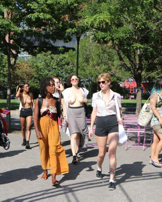 【素晴らC】公園で男性と同じトップレスで過ごす権利の為におっぱい丸出しで抗議活動するニューヨーカーまんさん、眼福眼福・・・・・(画像)・5枚目