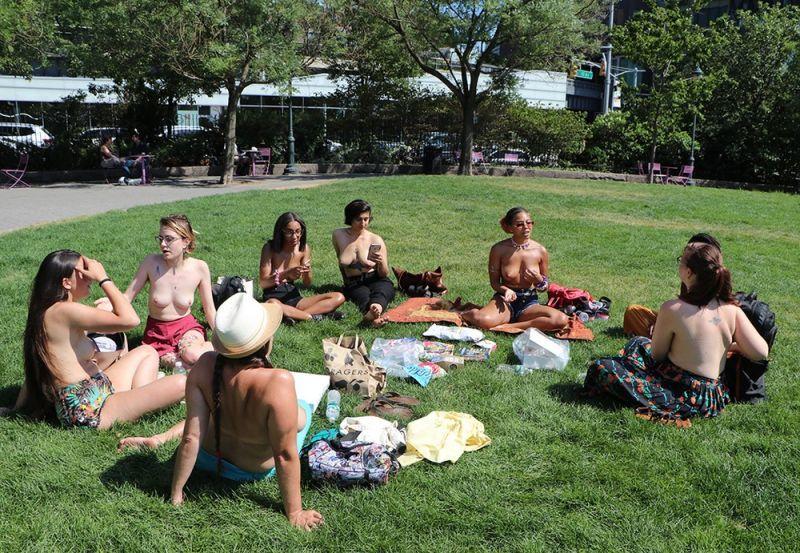 【素晴らC】公園で男性と同じトップレスで過ごす権利の為におっぱい丸出しで抗議活動するニューヨーカーまんさん、眼福眼福・・・・・(画像)・6枚目