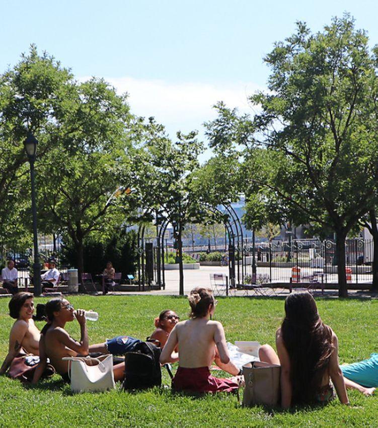 【素晴らC】公園で男性と同じトップレスで過ごす権利の為におっぱい丸出しで抗議活動するニューヨーカーまんさん、眼福眼福・・・・・(画像)・7枚目