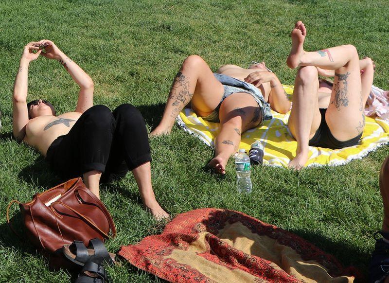 【素晴らC】公園で男性と同じトップレスで過ごす権利の為におっぱい丸出しで抗議活動するニューヨーカーまんさん、眼福眼福・・・・・(画像)・8枚目