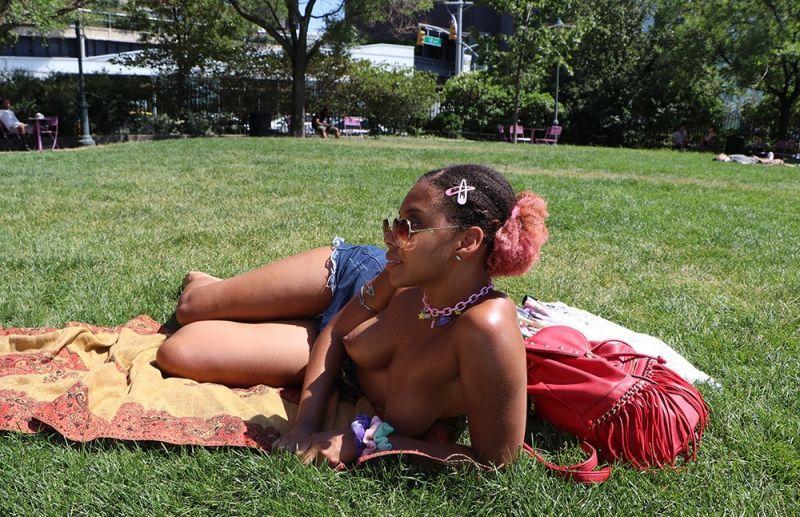 【素晴らC】公園で男性と同じトップレスで過ごす権利の為におっぱい丸出しで抗議活動するニューヨーカーまんさん、眼福眼福・・・・・(画像)・14枚目