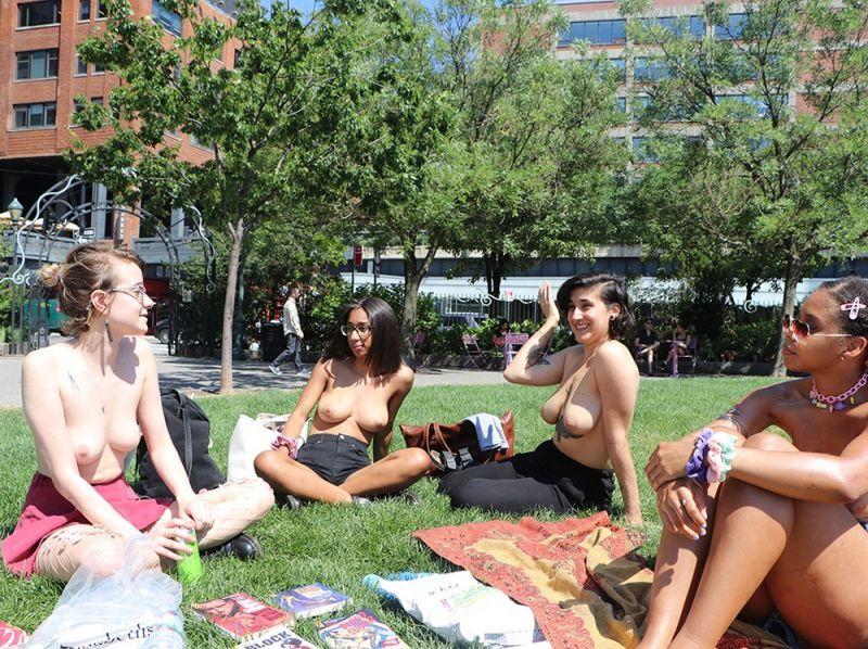 【素晴らC】公園で男性と同じトップレスで過ごす権利の為におっぱい丸出しで抗議活動するニューヨーカーまんさん、眼福眼福・・・・・(画像)・18枚目