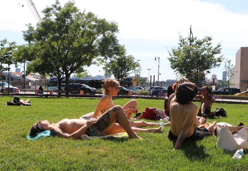 【素晴らC】公園で男性と同じトップレスで過ごす権利の為におっぱい丸出しで抗議活動するニューヨーカーまんさん、眼福眼福・・・・・(画像)・24枚目