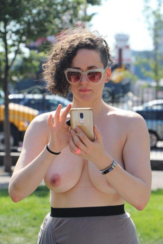 【素晴らC】公園で男性と同じトップレスで過ごす権利の為におっぱい丸出しで抗議活動するニューヨーカーまんさん、眼福眼福・・・・・(画像)・28枚目