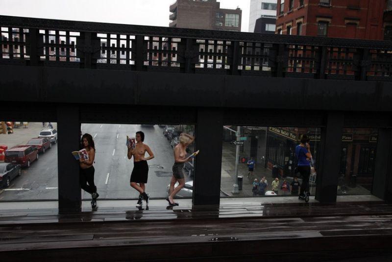 【素晴らC】公園で男性と同じトップレスで過ごす権利の為におっぱい丸出しで抗議活動するニューヨーカーまんさん、眼福眼福・・・・・(画像)・31枚目
