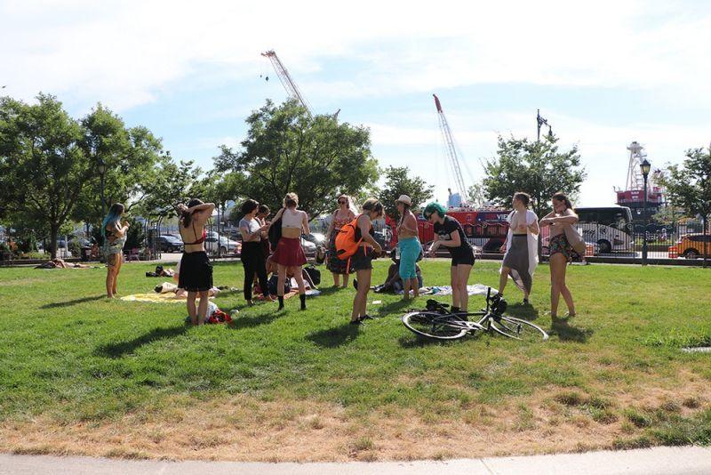【素晴らC】公園で男性と同じトップレスで過ごす権利の為におっぱい丸出しで抗議活動するニューヨーカーまんさん、眼福眼福・・・・・(画像)・34枚目