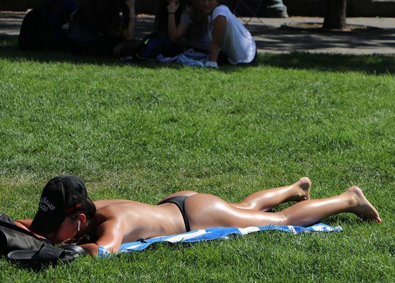 【素晴らC】公園で男性と同じトップレスで過ごす権利の為におっぱい丸出しで抗議活動するニューヨーカーまんさん、眼福眼福・・・・・(画像)・35枚目