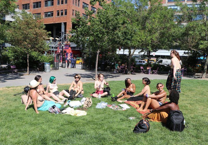 【素晴らC】公園で男性と同じトップレスで過ごす権利の為におっぱい丸出しで抗議活動するニューヨーカーまんさん、眼福眼福・・・・・(画像)・39枚目