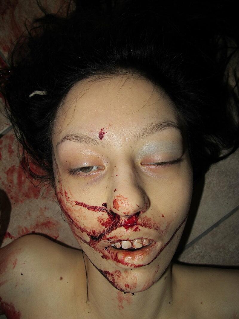 【遺体晒し】ロシアの飛び降り自殺女性、何故か飛び降り現場の写真とともに裸の検死画像まで晒される・・・・(画像)・7枚目