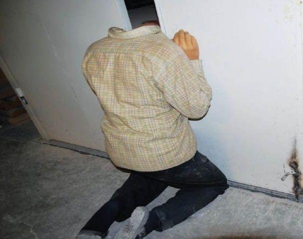 【首チョンパ】エレベーターのドアに首が挟まった男性、脱出できないまま上から降りてきた本体に首チョンパされる・・・・・(動画)・1枚目