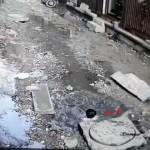 【危険過ぎ】インドの路上にポッカリ空いた深さ2m以上の水穴、落ちた少年を救うお兄さんの動きスゲー!!(動画)