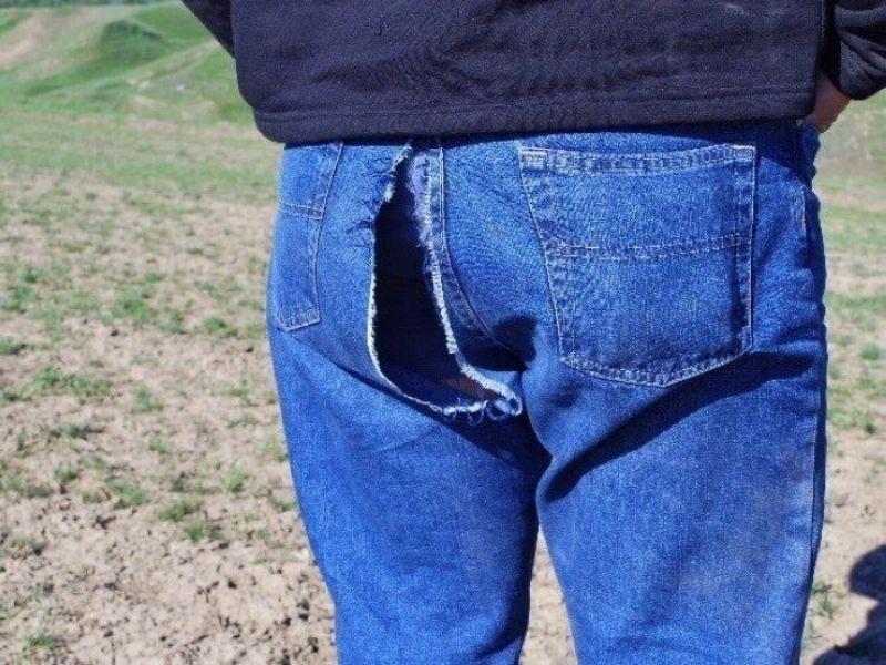 【エロ自撮り】お尻が大きすぎてジーンズが限界突破で破れちゃったまんさん、つい自撮りしてしまう!!(画像)・3枚目