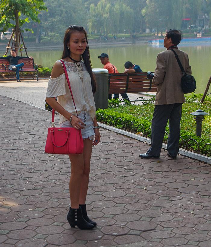 【街撮りスナップ】民族衣装アオザイ以外にもエロくて美人が多いベトナムまんさんの街撮り画像(画像あり)・3枚目