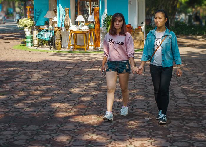 【街撮りスナップ】民族衣装アオザイ以外にもエロくて美人が多いベトナムまんさんの街撮り画像(画像あり)・6枚目