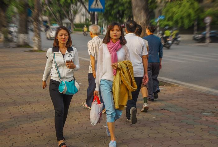 【街撮りスナップ】民族衣装アオザイ以外にもエロくて美人が多いベトナムまんさんの街撮り画像(画像あり)・10枚目