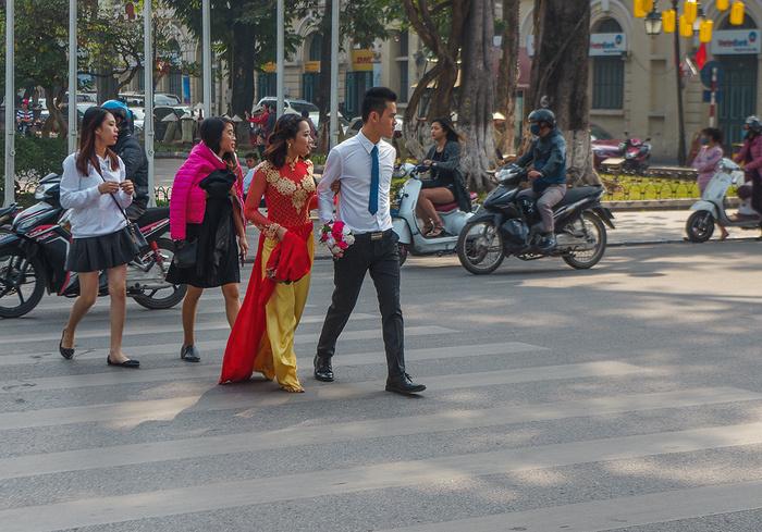 【街撮りスナップ】民族衣装アオザイ以外にもエロくて美人が多いベトナムまんさんの街撮り画像(画像あり)・12枚目