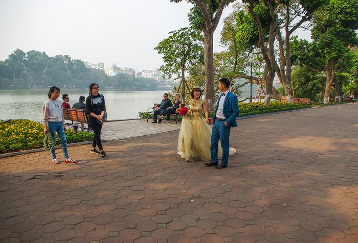 【街撮りスナップ】民族衣装アオザイ以外にもエロくて美人が多いベトナムまんさんの街撮り画像(画像あり)・15枚目