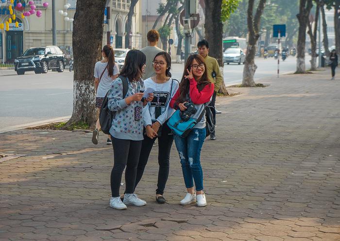 【街撮りスナップ】民族衣装アオザイ以外にもエロくて美人が多いベトナムまんさんの街撮り画像(画像あり)・18枚目