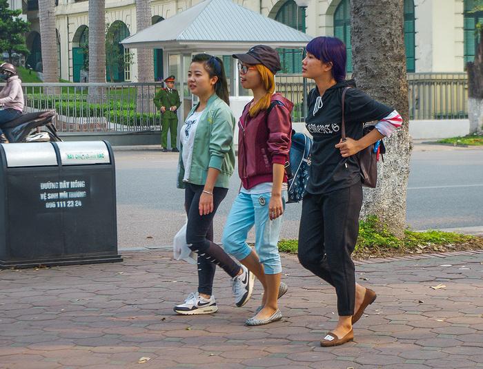 【街撮りスナップ】民族衣装アオザイ以外にもエロくて美人が多いベトナムまんさんの街撮り画像(画像あり)・20枚目