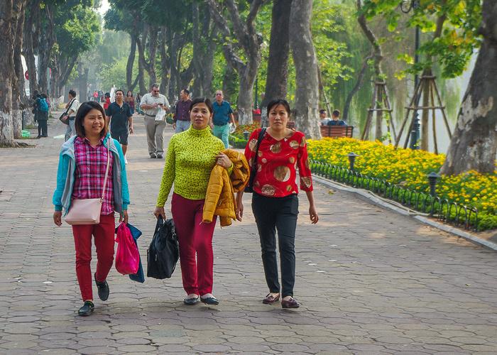 【街撮りスナップ】民族衣装アオザイ以外にもエロくて美人が多いベトナムまんさんの街撮り画像(画像あり)・21枚目